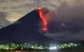 當地時間1月16日,印度尼西亞東爪哇省塞梅魯火山噴發,冒出大量濃煙遮天蔽日,景象壯觀。(圖源:互聯網)