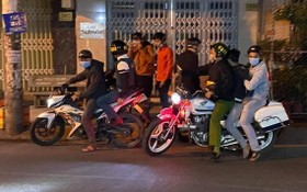 非法聚集賽車的3名年輕飆車徒被當場制服並押送至公安派出所。(圖源:視頻截圖)