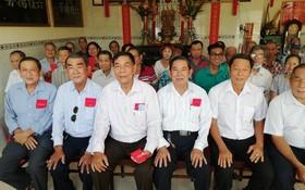 六桂堂宗祠各長老領取禮物、利是後合照。