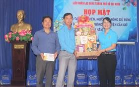 市勞動聯團主席陳氏妙翠(右)代表市勞動聯團向芹耶防護林管委會贈送春節禮物。(圖源:德龍)