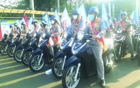 傑出員工歡欣地領取昂貴的摩托車獎品。