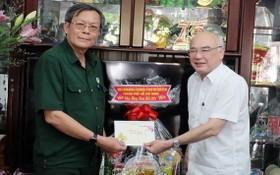 市委宣教處主任潘阮如奎(右)向黎金榜大校贈送禮物。(圖源:秋紅)