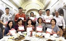 劉厚全先生(後排右一)向各位老師贈送新年禮物。
