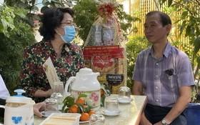 市祖國陣線委員會主席蘇氏碧珠向華人退休幹部梁鴻德拜年。