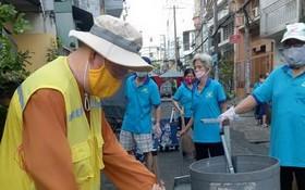 """每次蓮華寺住持釋惟鎮法師都親自率領街區居民參與""""每週打掃衛生""""運動。"""