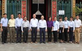 阮文孝書記(右七)與穗城會館理事會 代表合照留念。
