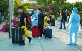 回國辦妥入境手續後的同胞獲送隔離點接受集中隔離。(示意圖源:耀基)
