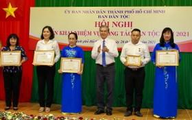 市人委會副主席吳明洲(右三)向為了民族事業有貢獻者頒發紀念章。