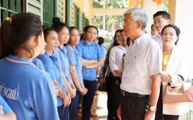 市人委會副主席武文歡與富義戒毒中心的女學員們親切交談。(圖源:市黨部新聞網)