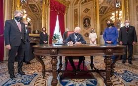 美國總統拜登就職後簽署一系列文件。(圖源:Getty Images)