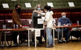 1月24日,選民在葡萄牙首都里斯本一處投票站投票。 (圖源:新華社)