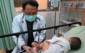 豐原醫院兒童感染科醫師馬瑞杉檢查小朋友身體狀況