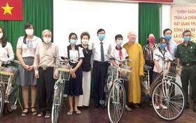 鄧氏明月(左四)贈送自行車給清貧大中學生。