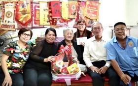 海南會館代表團向高齡鄉親拜年。