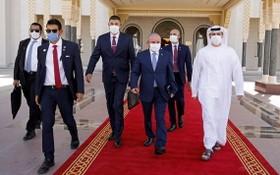 以色列國家安全顧問梅爾·本·沙巴特(中)去年9月訪問阿布扎比。(圖源:Getty Images)