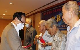 張豐裕先生(左一)同貧困老人分享自己八十大壽的喜悅。