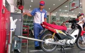 圖為摩托車排氣檢驗。(圖源:明軍)