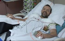 冰島男子費利克斯在接受全球首例雙臂連肩膀移植手術後,正在康復中。(圖源:AFP)
