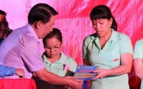市勞動聯團副主席喬玉宇向貧困勞工贈送火車票。(圖源:范秋銀)