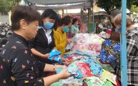 第五郡向婦孺與勞動者贈送禮物