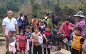 在老街偏遠山區給小朋友派冷衣。