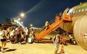 各家航空公司加設夜間航班,為乘客提供更多廉價機票。