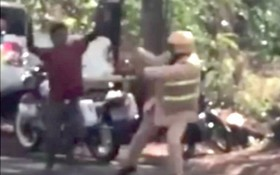 一名男子高舉菜刀追砍一名交警。(圖源:視頻截圖)