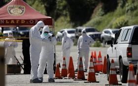 工作人員在美國洛杉磯新型冠狀病毒免下車檢測站工作。(圖源:新華社)