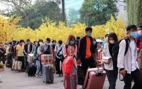 大學生們拖著行李箱上車回鄉過年。(圖源:阮景)