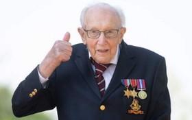 英國百歲老兵湯姆‧莫爾因感染新冠病毒而去世。(圖源:互聯網)