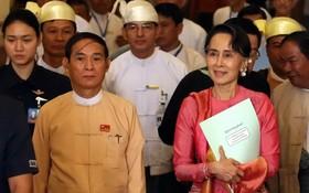在內比都拍攝的緬甸總統溫敏和國務資政昂山素姬(右)。(圖源:新華社)