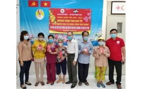 本報領導與第五郡紅十字會主席向華人贈送禮物。