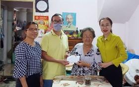第五郡越南祖國陣線委員會與穗城會館代表探望越南英雄母親。