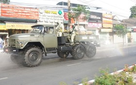 平陽省防疫人員在該省疫區的街道上進行噴霧消毒。(圖源:月潮)