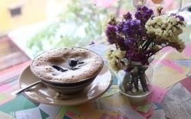 用碗盛放咖啡的咖啡廳。