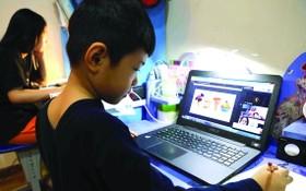 學生在家用電腦在線學習。
