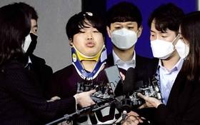 韓國「N號房」主犯趙主彬(中)在接受採訪。