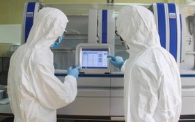 防疫工作人員在操作自動實時熒光定量自動檢測儀器。(圖源:VOH)