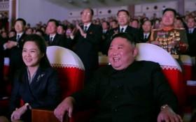 李雪主與金正恩面帶笑容觀看演出。(圖源:朝中社)