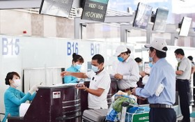 圖為乘客在機場辦理登機手續。(圖源:耀基)