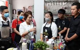 阮黎雲雪(中)指教學員調製新飲料。