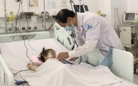 醫生在給病童查體。(圖源:丁姮)