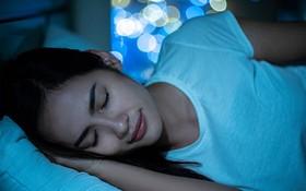 正確時間睡眠、進入深眠,可讓生長激素大量分泌,對肌膚、毛囊和脂肪代謝都有幫助。(圖源:Shutterstock)
