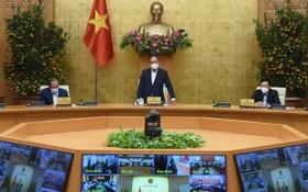 政府總理阮春福(中)在會議上發表指導意見。(圖源:VGP)