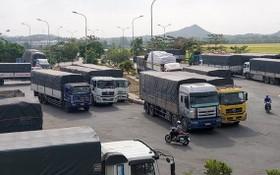 2月24日早,數十輛越柬卡車停在雙方邊境國際口岸附近等待通關。(圖源:寶斗)