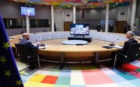 2月26日,歐洲理事會主席米歇爾(左)和北約秘書長斯托爾滕貝格在比利時布魯塞爾共同出席歐盟領導人視頻峰會第二日會議。(圖源:新華社)