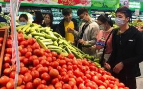 熱心消費者在超市選購海陽農民生產的農產品。(圖源:元娥)