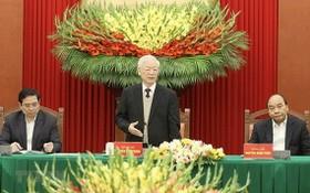 黨中央總書記、國家主席阮富仲(中)出席會晤並發表講話。