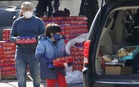 美國得州有義工分發食物和食水。(圖源:AP)