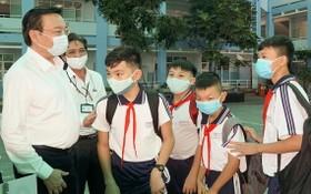 市教育與培訓廳長黎鴻山檢查學校的防疫工作。(圖源:黃雄)